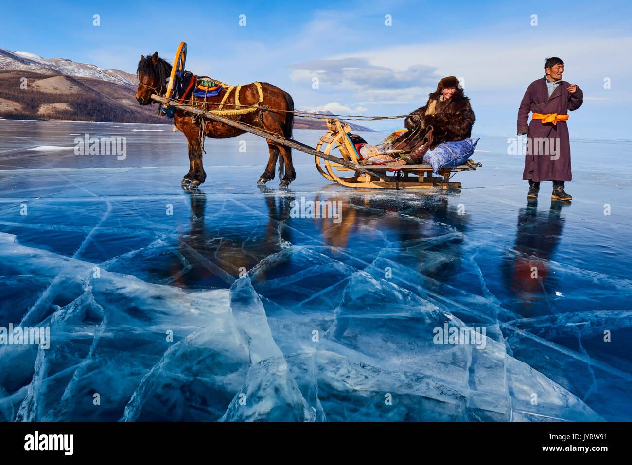 Mongolia, Khovsgol provincia, slitta trainata da cavalli sul lago ghiacciato di Khovsgol in inverno Immagini Stock