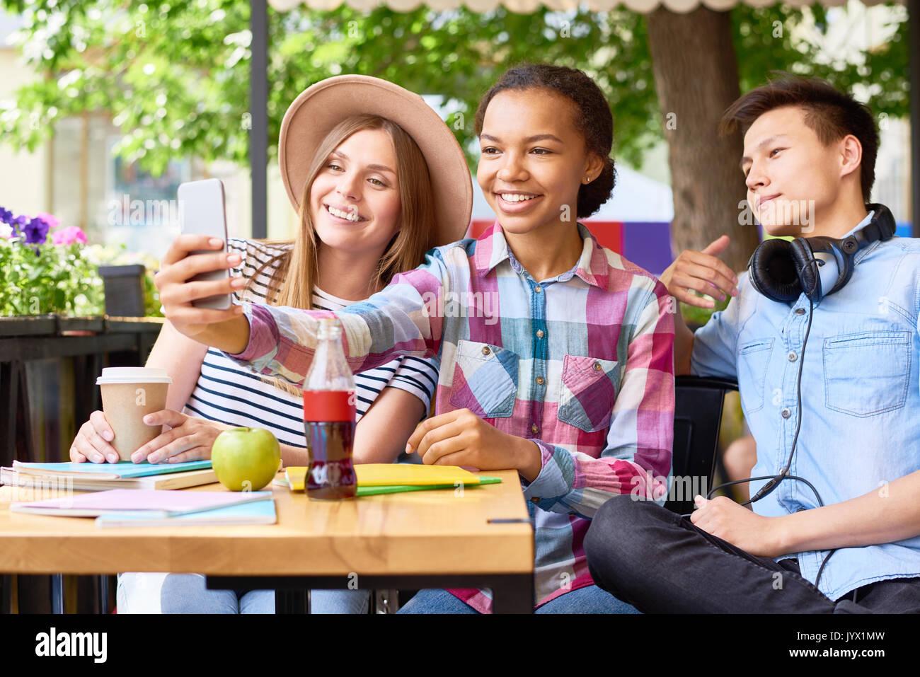 I giovani prendendo Selfie in Cafe Foto Stock