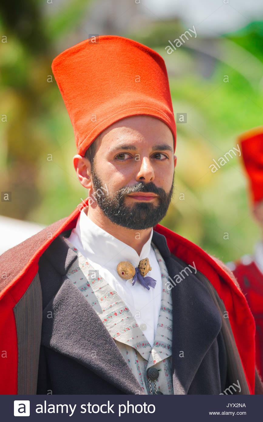 Sardegna festival, ritratto di un uomo vestito in costume tradizionale durante il gran processione de La Cavalcata festival di Sassari, Sardegna. Immagini Stock