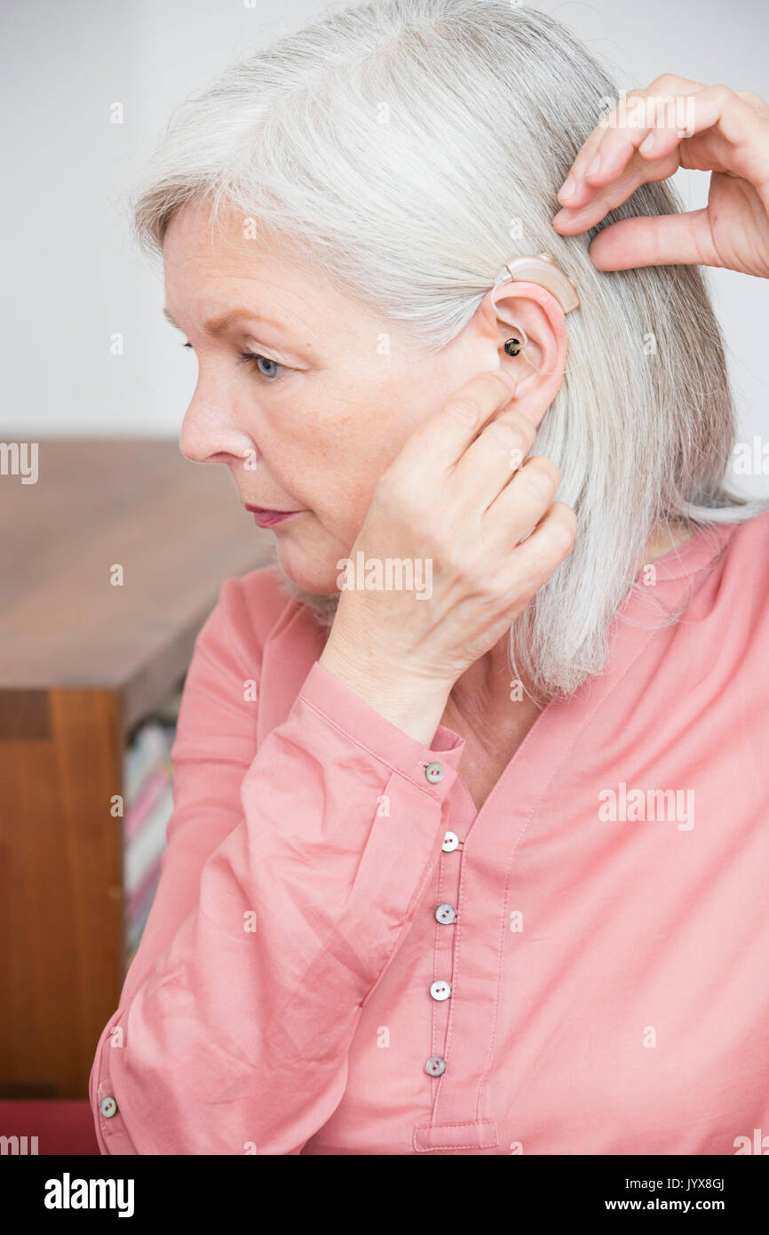 Senior donna con dispositivo auditivo Immagini Stock
