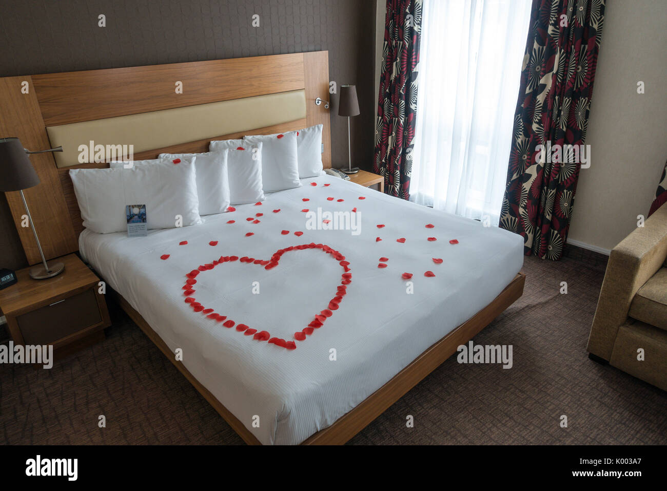 Camere Da Letto Romantiche Con Petali Di Rosa : Rose petal bed immagini & rose petal bed fotos stock alamy