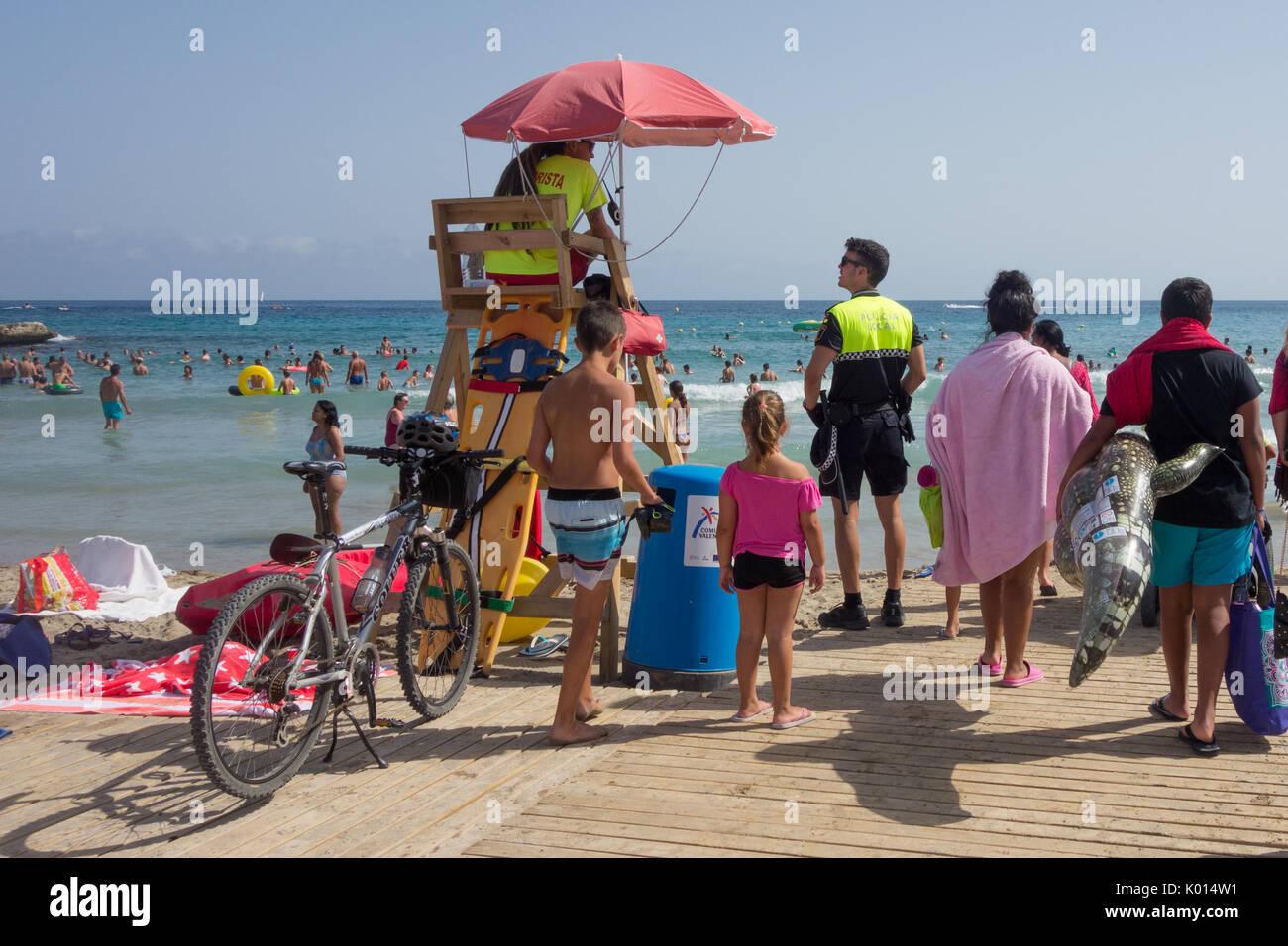 Spiaggia locale pattuglia di polizia - policia locale - Moraira beach Immagini Stock