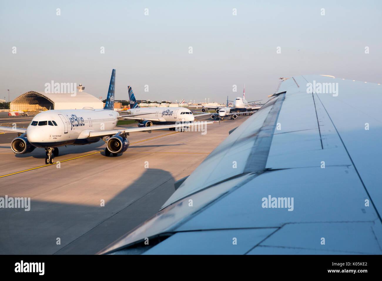 Aeroporto Jfk : Aerei di linea fino al decollo sulle piste dellaeroporto jfk di new
