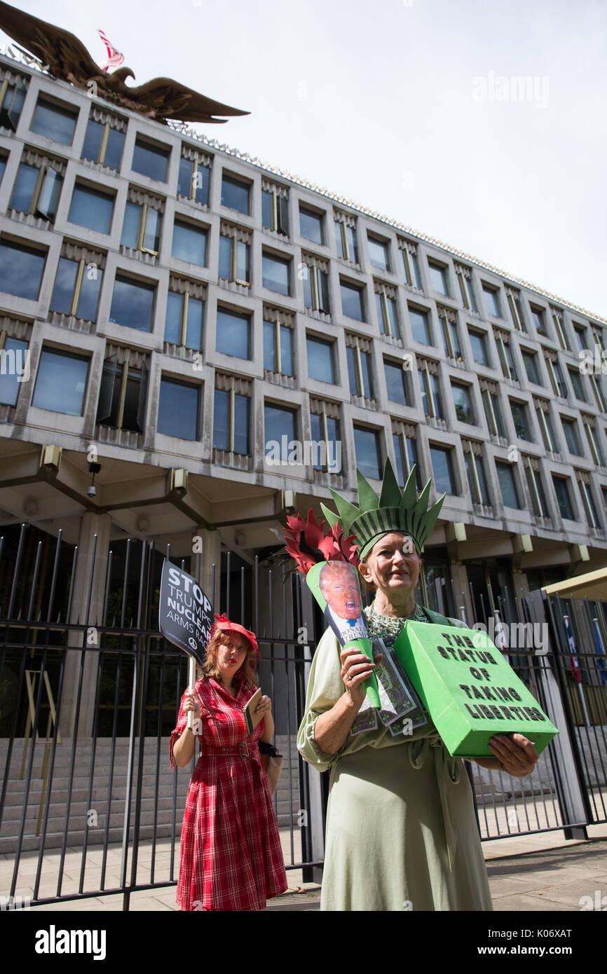 Londra, Regno Unito. 11 Agosto, 2017. Gli attivisti da arrestare la coalizione bellica e la campagna per il disarmo nucleare (CND), uno dei quali mascherati come Donald Tr Immagini Stock