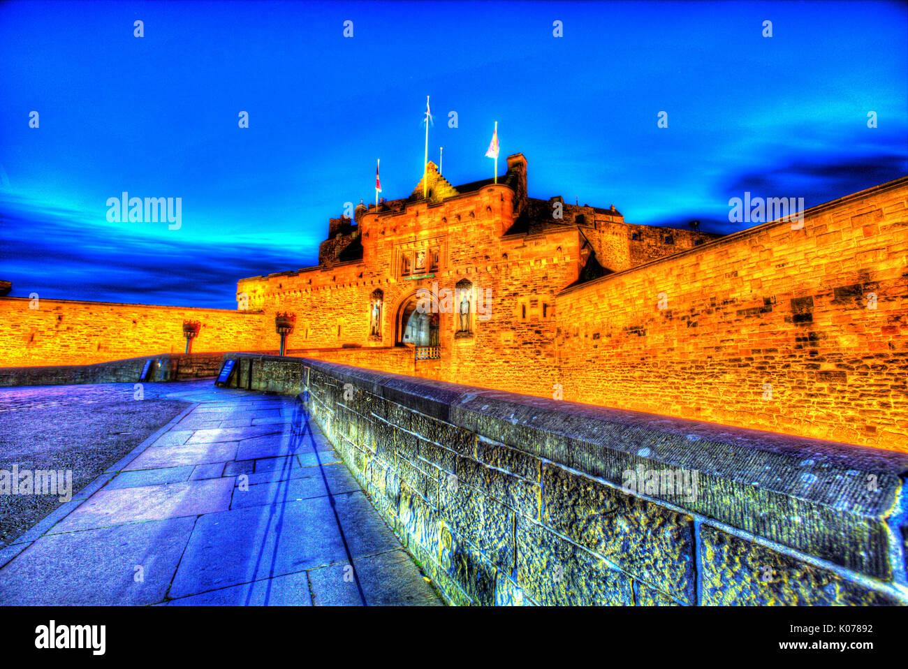 Città di Edimburgo in Scozia. pittoresca vista notturna di l'ingresso principale e la spianata del castello di Edimburgo. Immagini Stock