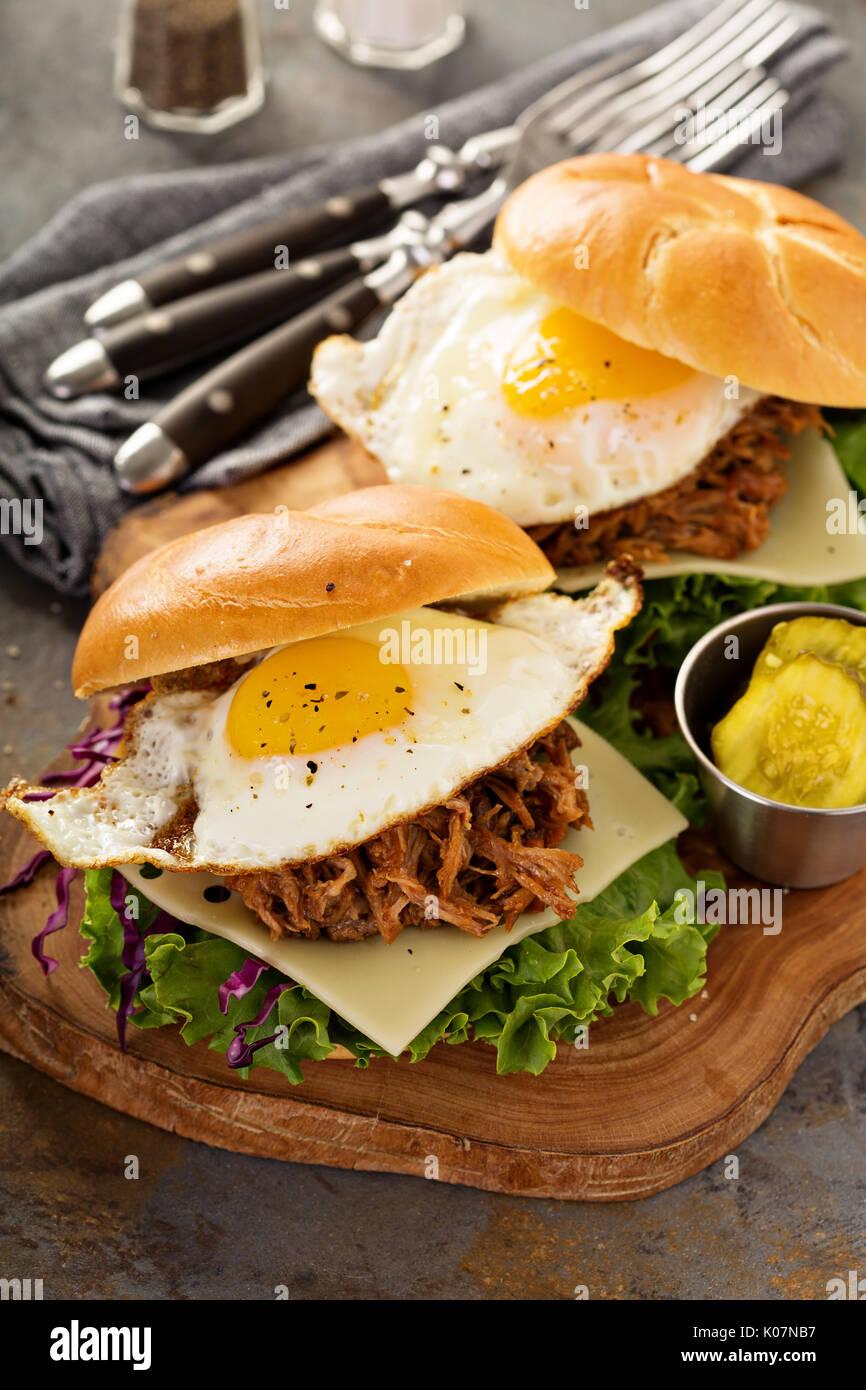 Tirate la carne di maiale panini colazione con uovo fritto Immagini Stock