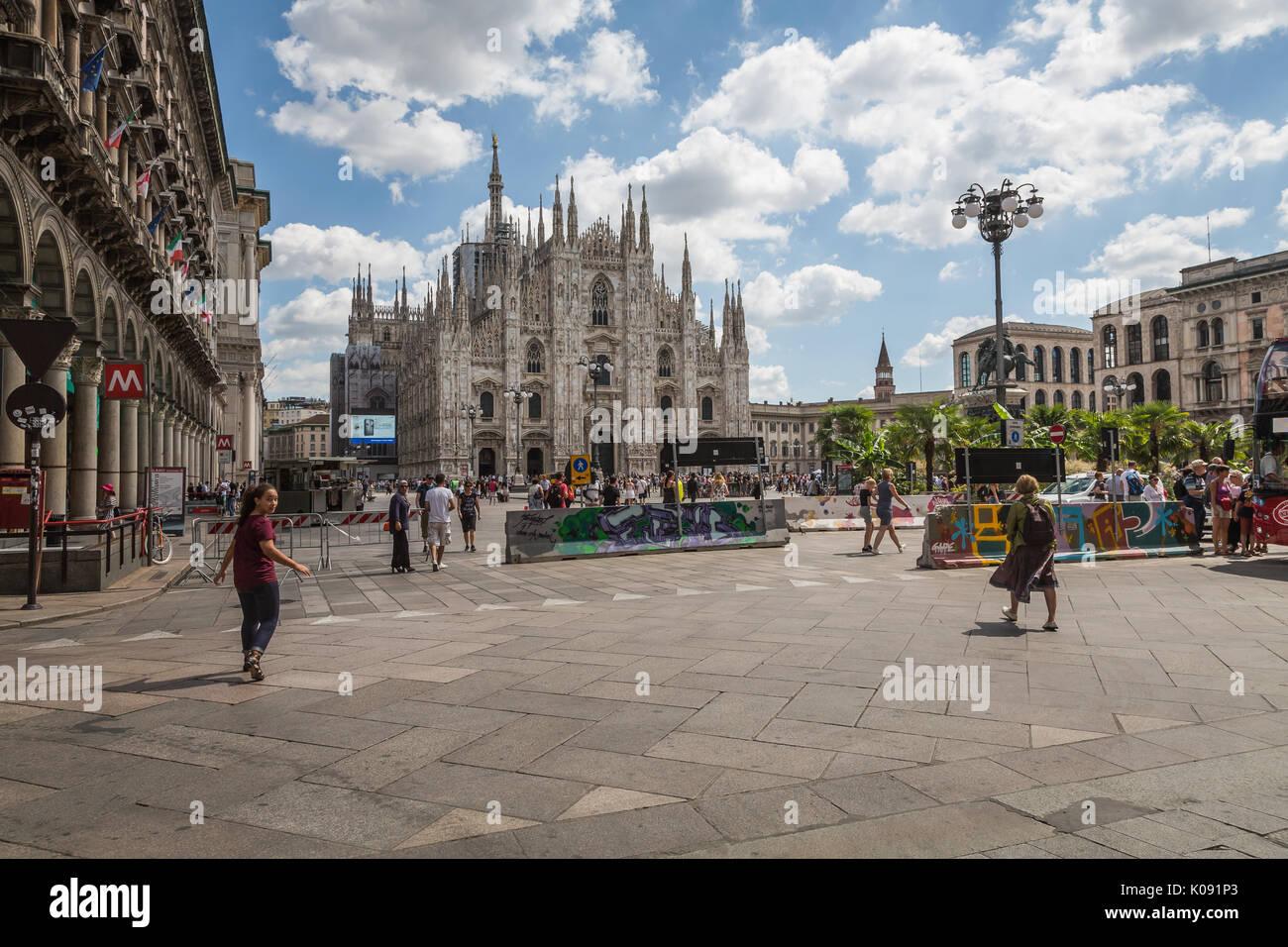 Barriere Jersey in Piazza Duomo, Milano, Italia Immagini Stock