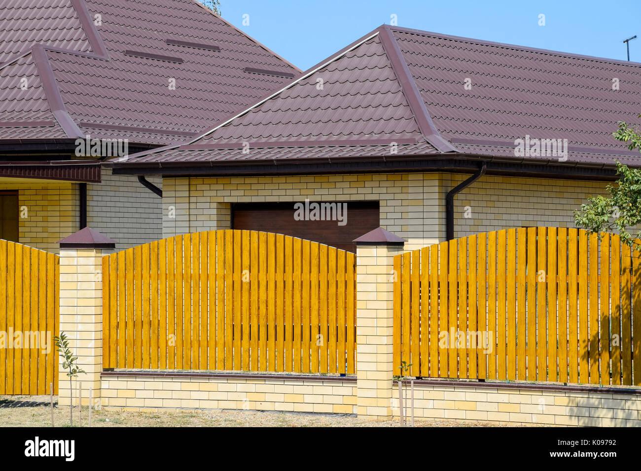 Case Di Legno E Mattoni : Casa di mattoni con metallo ondulato profilo tetto e recinzione di