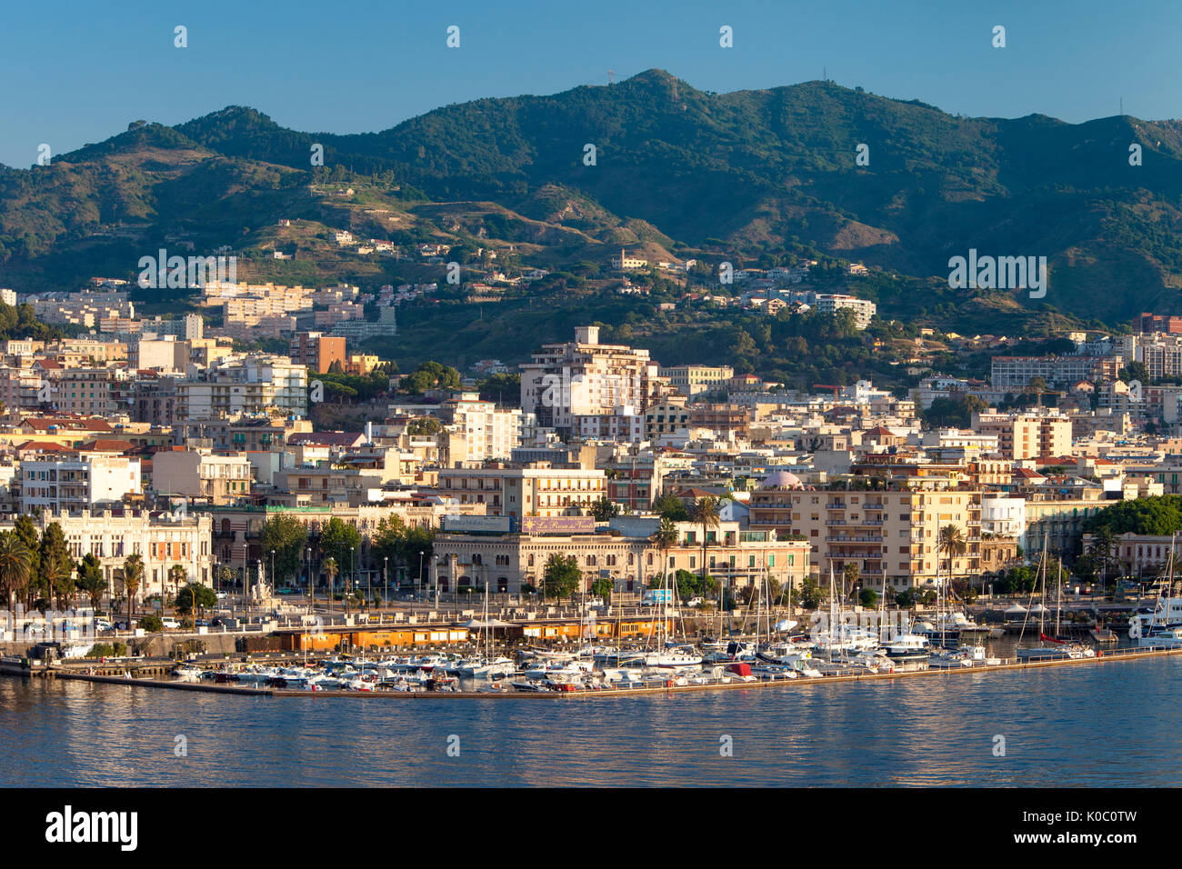 La mattina presto vista sulla Marina e la città di Messina, Sicilia, Italia Immagini Stock