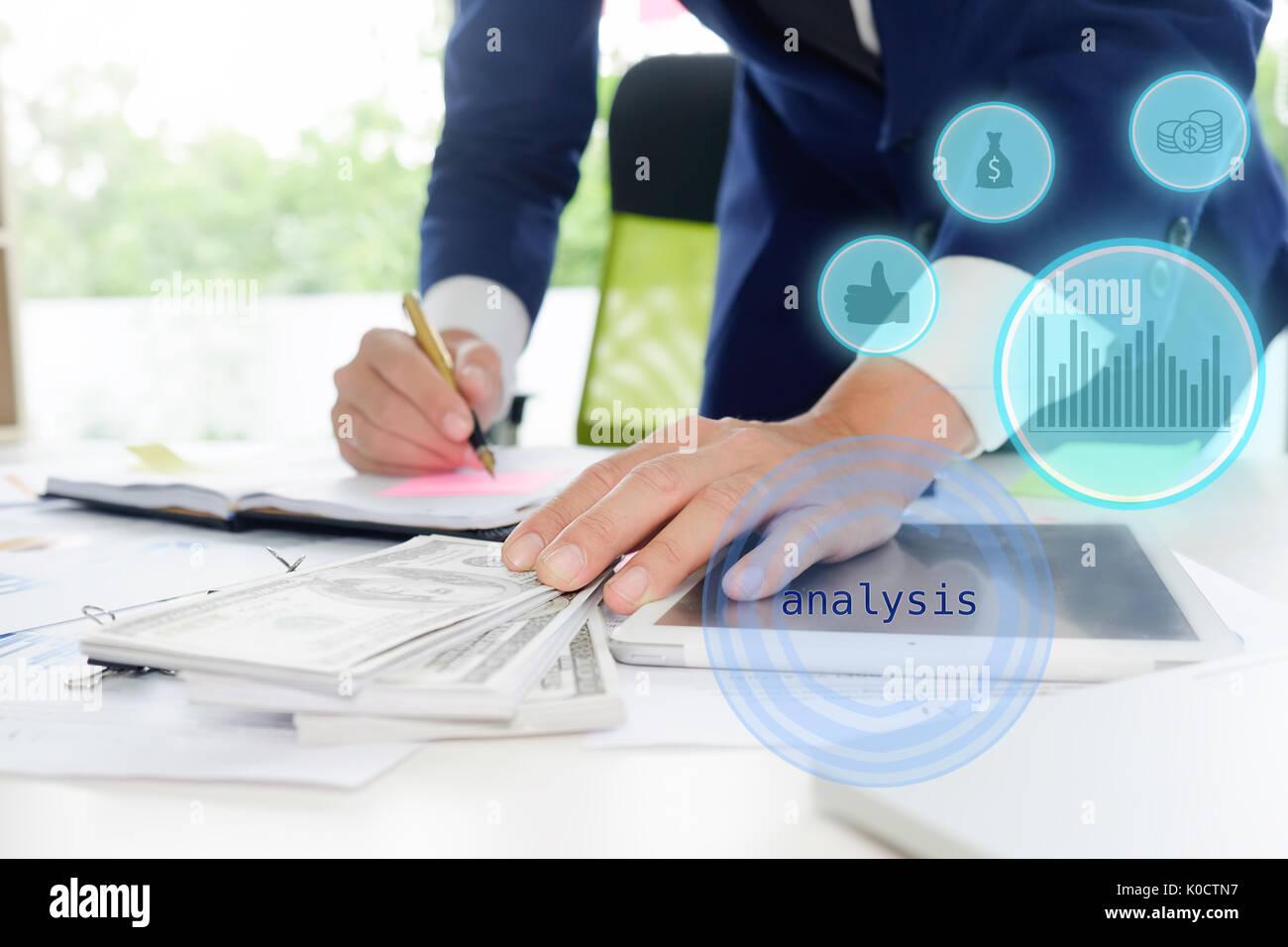 Business man calcolare commercialista o banchiere per effettuare calcoli. Risparmi, finanze ed economia concetto. Immagini Stock