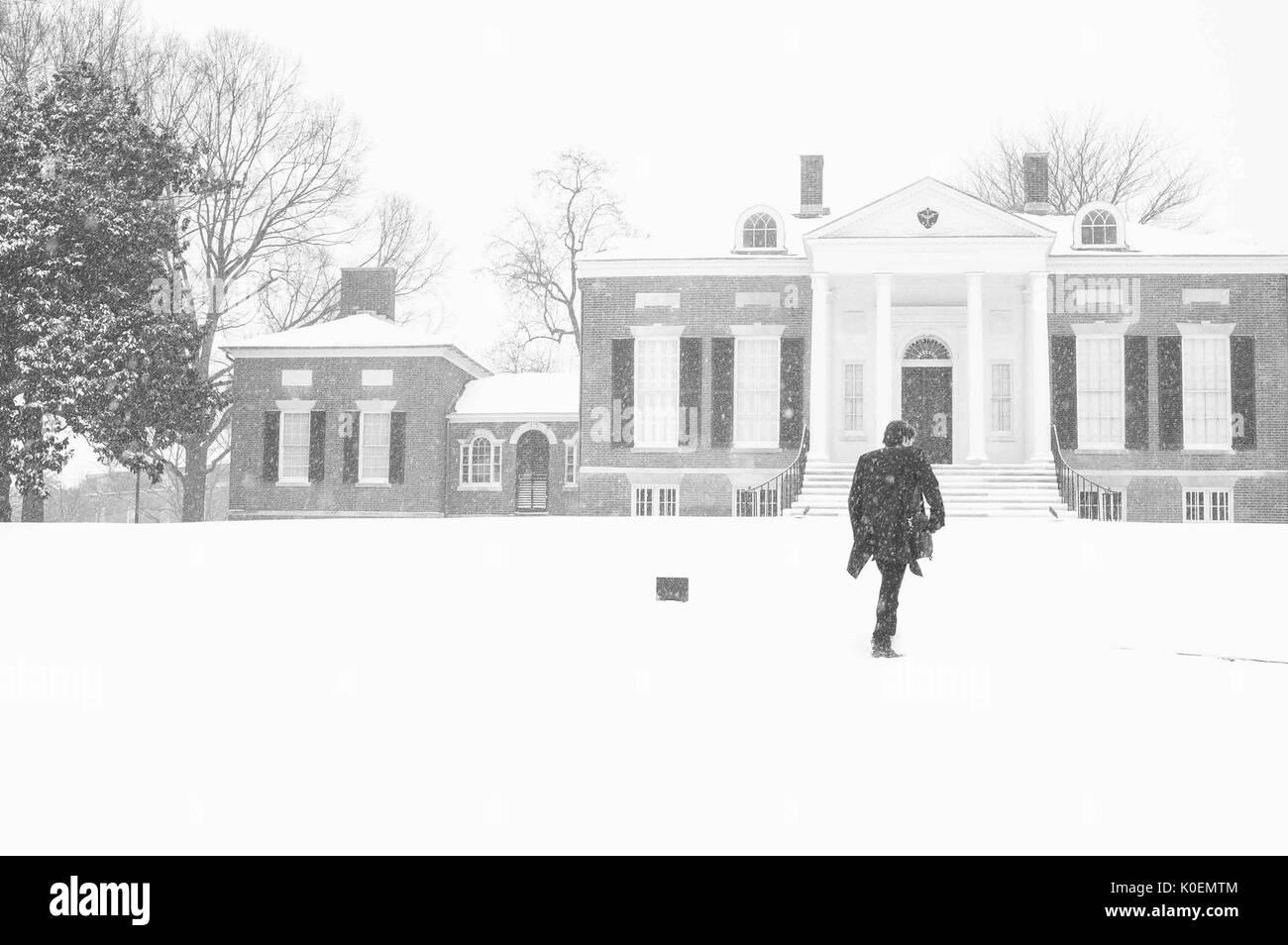 Un uomo cammina fino al Homewood Museum, le cui collezioni comprendono fine e arti decorative che ricorda quello degli inizi del XIX secolo la vita di Baltimora, coperti di neve Homewood campus della Johns Hopkins University di Baltimore, Maryland, 1996. La cortesia Eric Chen. Immagini Stock