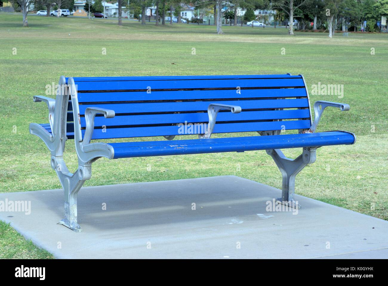 Vuoto azzurro banco. Due panche nel parco. Immagini Stock