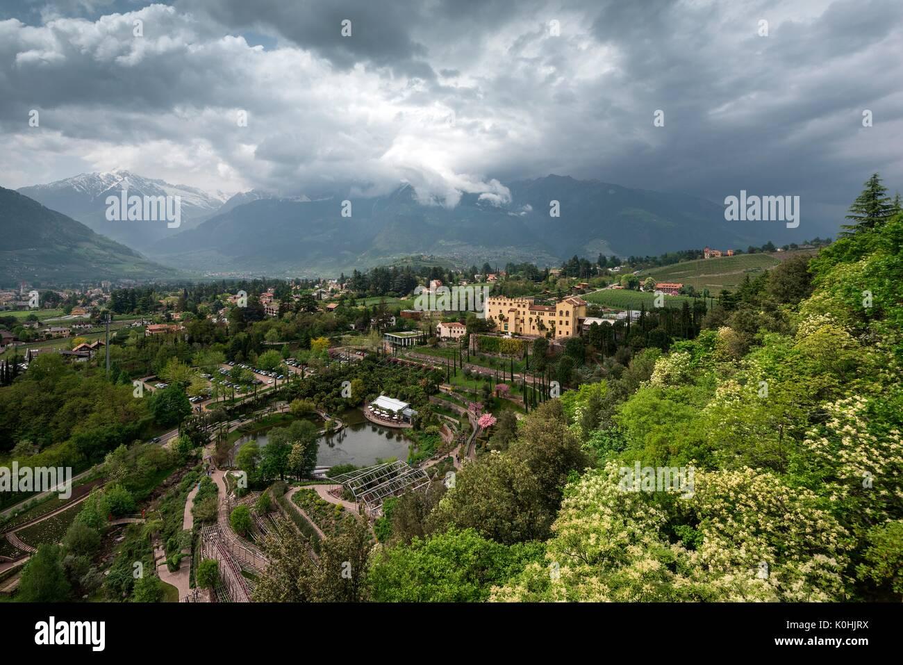Merano, Alto Adige, Italia. L\'acqua e giardini terrazzati nei ...