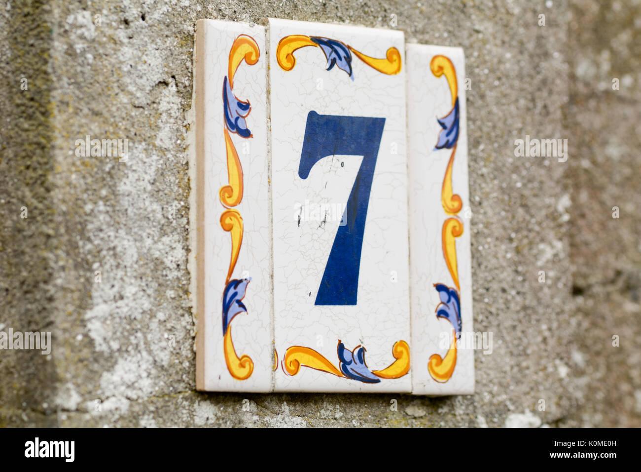 Numero civico segno sulla piastrella ceramica foto immagine