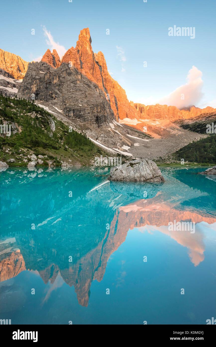 Il Sorapiss Lago, Dolomiti, Veneto, Italia. Sunrise nel gruppo Sorapiss. In il Sorapiss lago riflette il dito di Dio (il dito di Dio) Immagini Stock