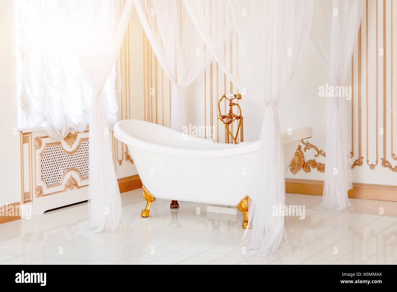 Foto Bagni Chiari : Bagno di lusso in colori chiari con arredamento dorato dettagli e