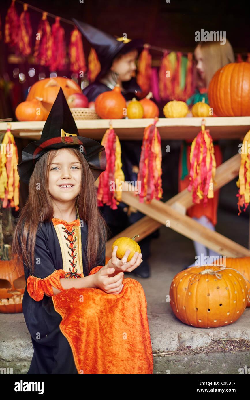 Capelli castani ragazza alla festa di Halloween Immagini Stock