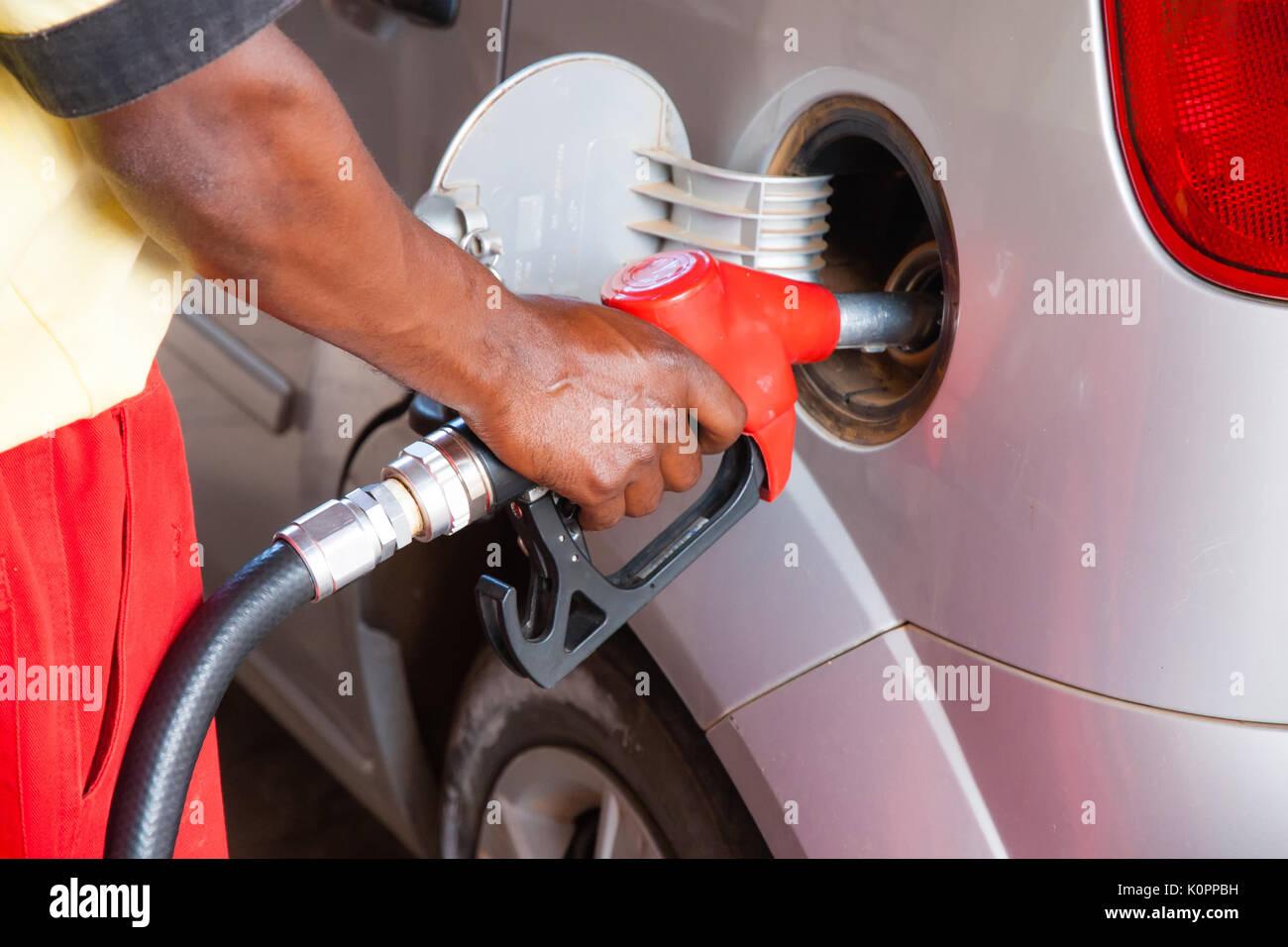 Il rifornimento di carburante per auto presso la stazione di benzina. Concetto di immagine per l'uso di combustibili fossili (benzina, diesel) nei motori a combustione e ambientali ed occupazionali Immagini Stock