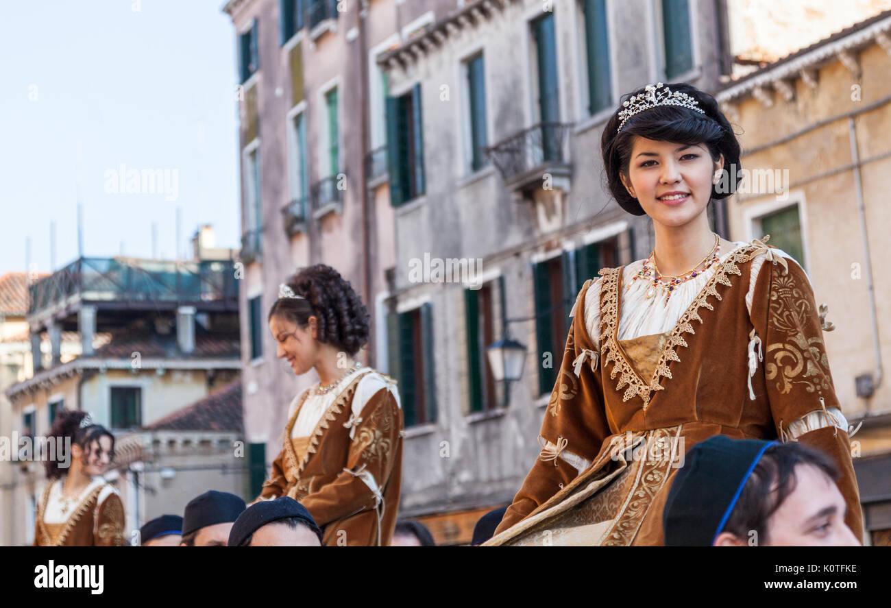Medieval Ladies Immagini   Medieval Ladies Fotos Stock - Alamy cec9cce16cf