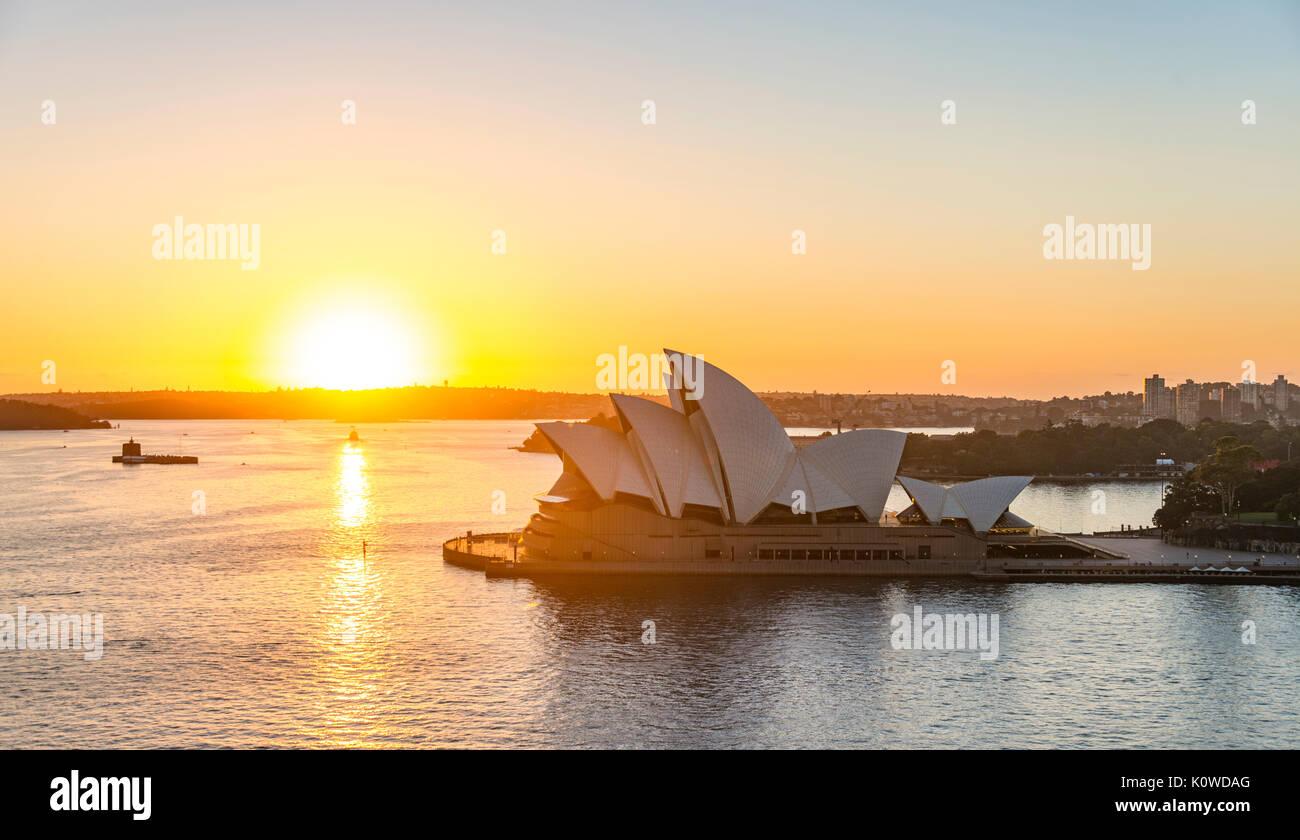 Il Circular Quay e rocce al tramonto di Sydney Opera House, opera nel retro del distretto finanziario, il distretto bancario, Sydney Immagini Stock