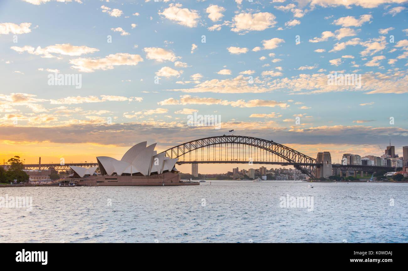 Il Circular Quay e rocce al tramonto, skyline di Sydney Opera House, Harbour Bridge, l'Opera, il Quartiere Finanziario, il distretto bancario Foto Stock
