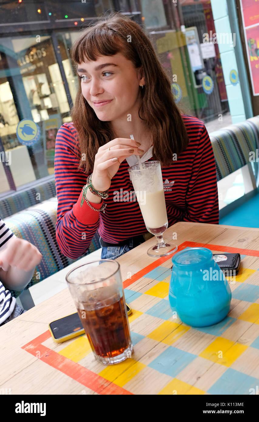I giovani adolescenti nella femmina cafe Immagini Stock