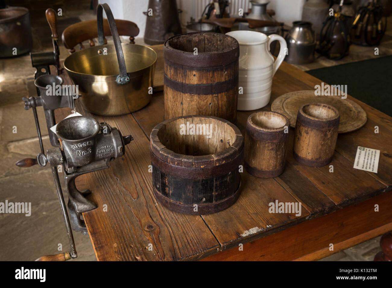 Vintage in legno stampi di formaggi, carne tritacarne e attrezzi da ...