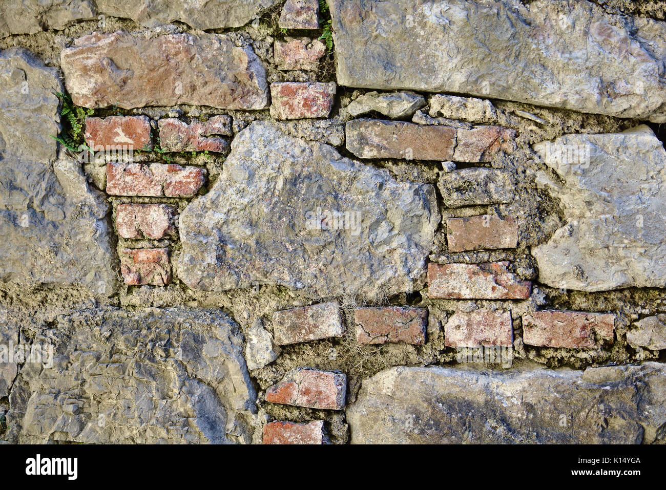 Muro Fatto In Pietra antico castello muro fatto di mattoni rossi e grandi pietre