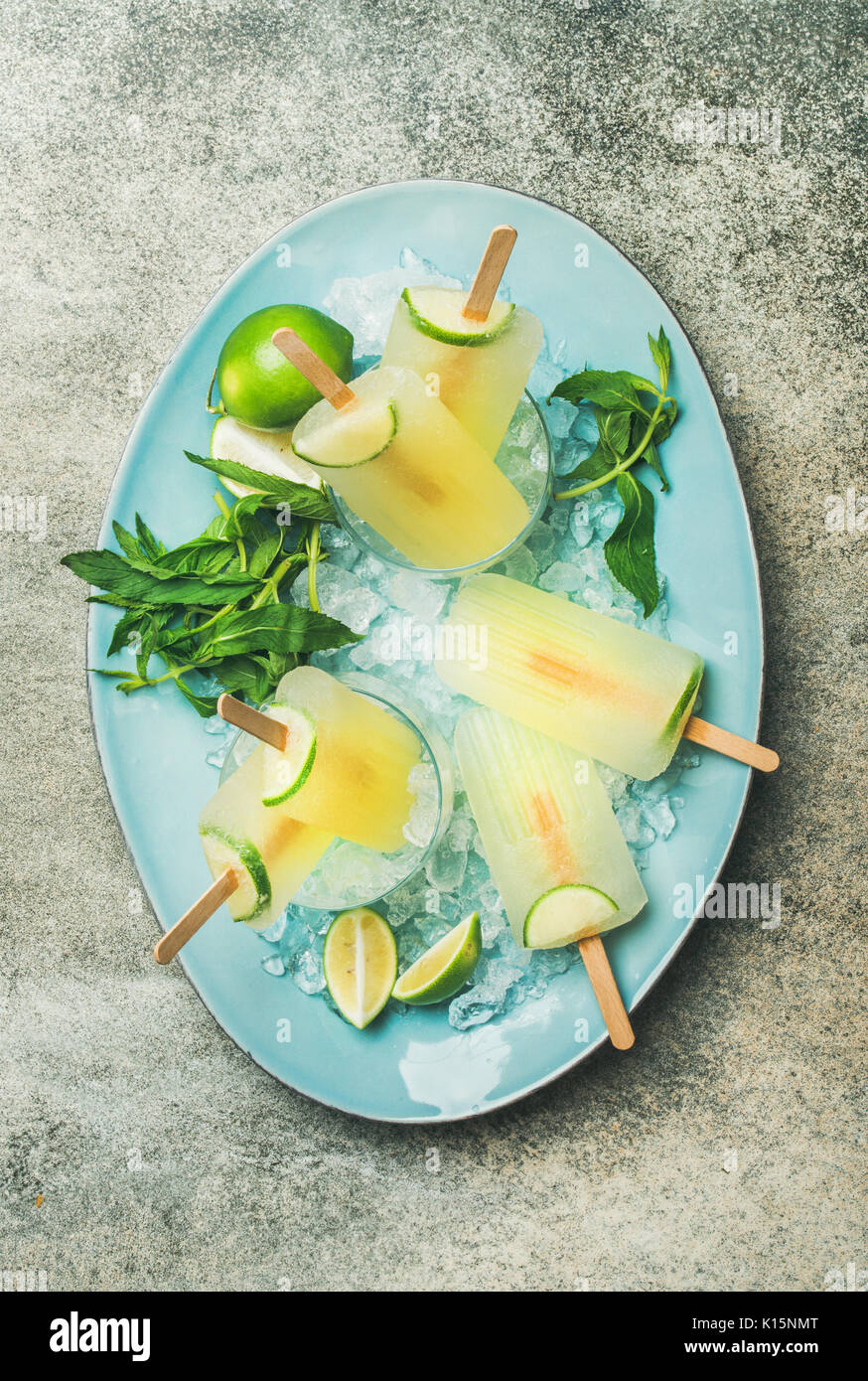 Estate rinfrescante limonata popsicles con lime e menta su piastra Immagini Stock
