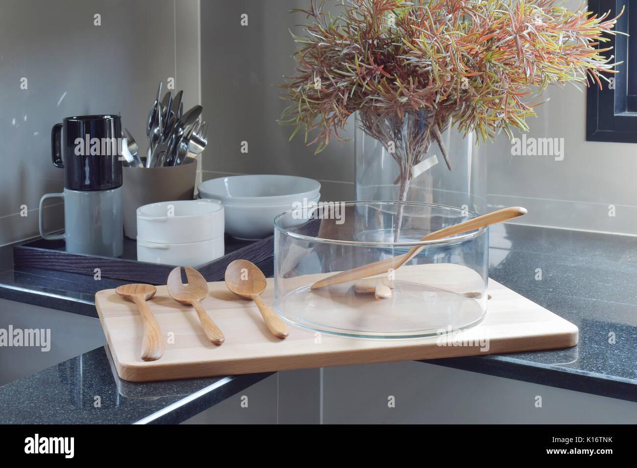 Vassoi In Legno Con Vetro : Vaso di vetro con utensile di legno sul vassoio in legno in cucina