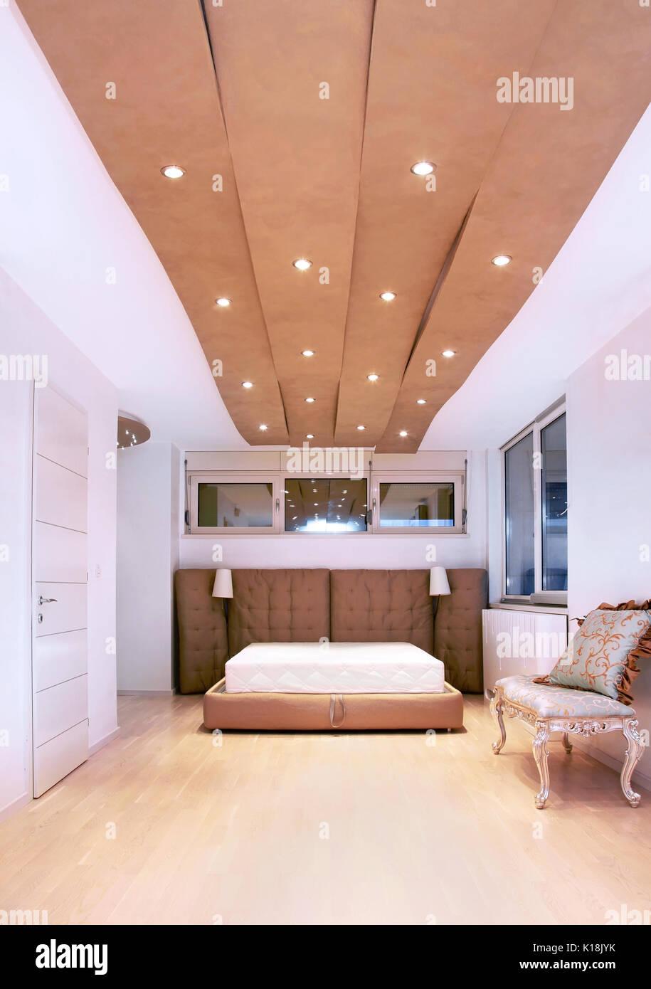 Camera Da Letto Moderno Interno Con Soffitto Alto E Letto Di Grandi Dimensioni Foto Stock Alamy