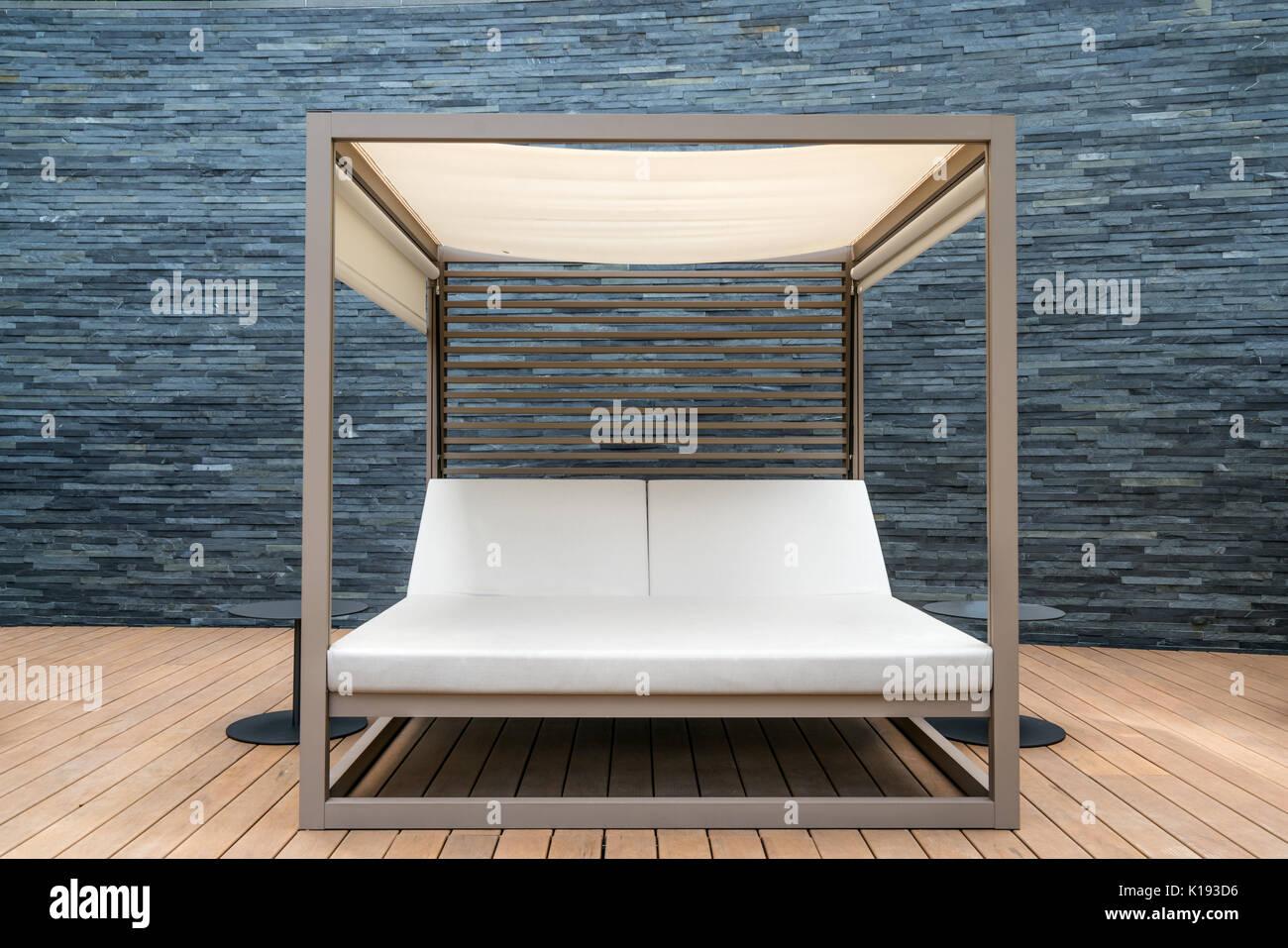 Sedia A Sdraio In Legno : Piscina in legno sedia sdraio presso il resort con nero parete di