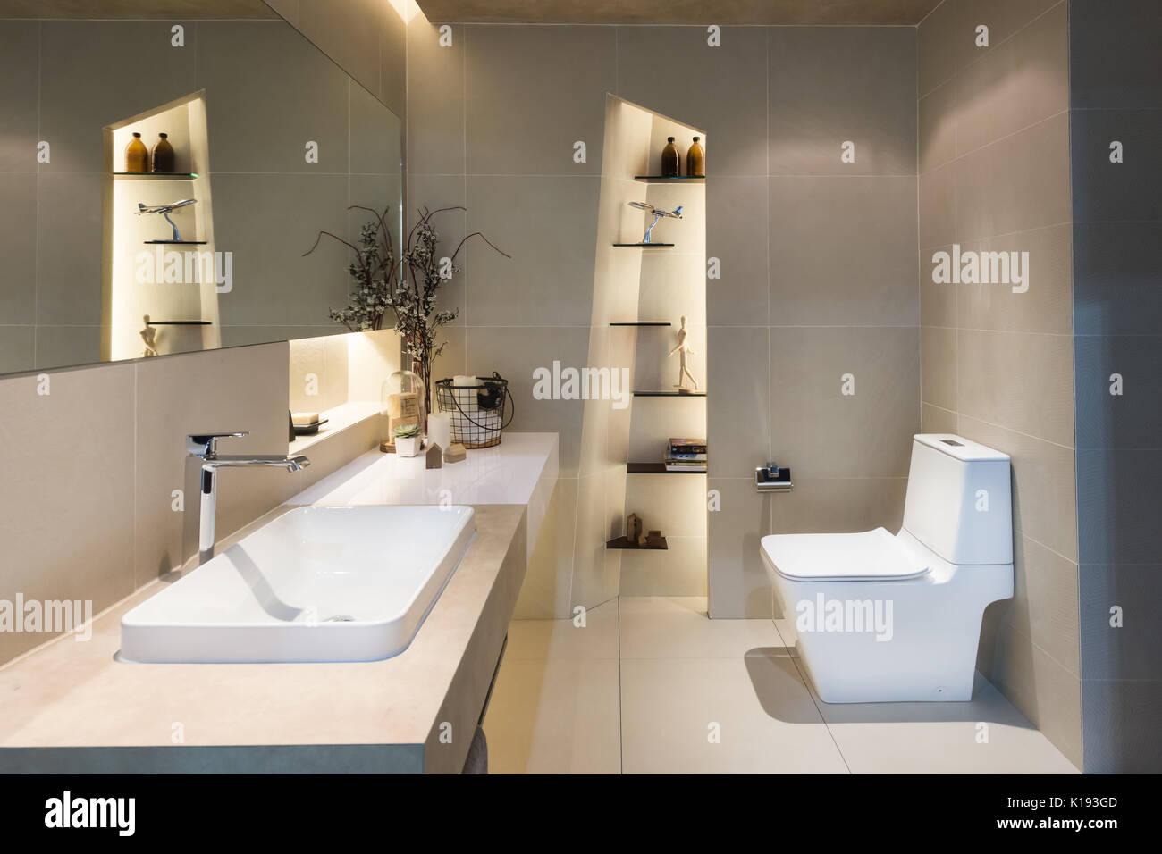 Interni moderni e di letti singoli Bagno con lavandini e servizi igienici a casa. Foto Stock