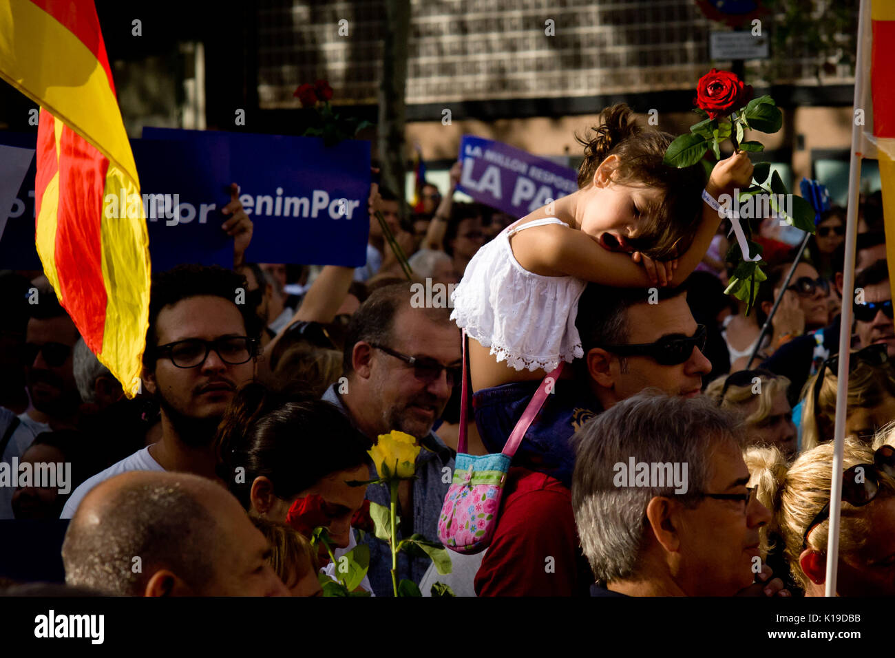Agosto 26, 2017 - Barcellona, in Catalogna, Spagna - a Barcellona un bambino tiene una rosa nel corso di un mese Foto Stock