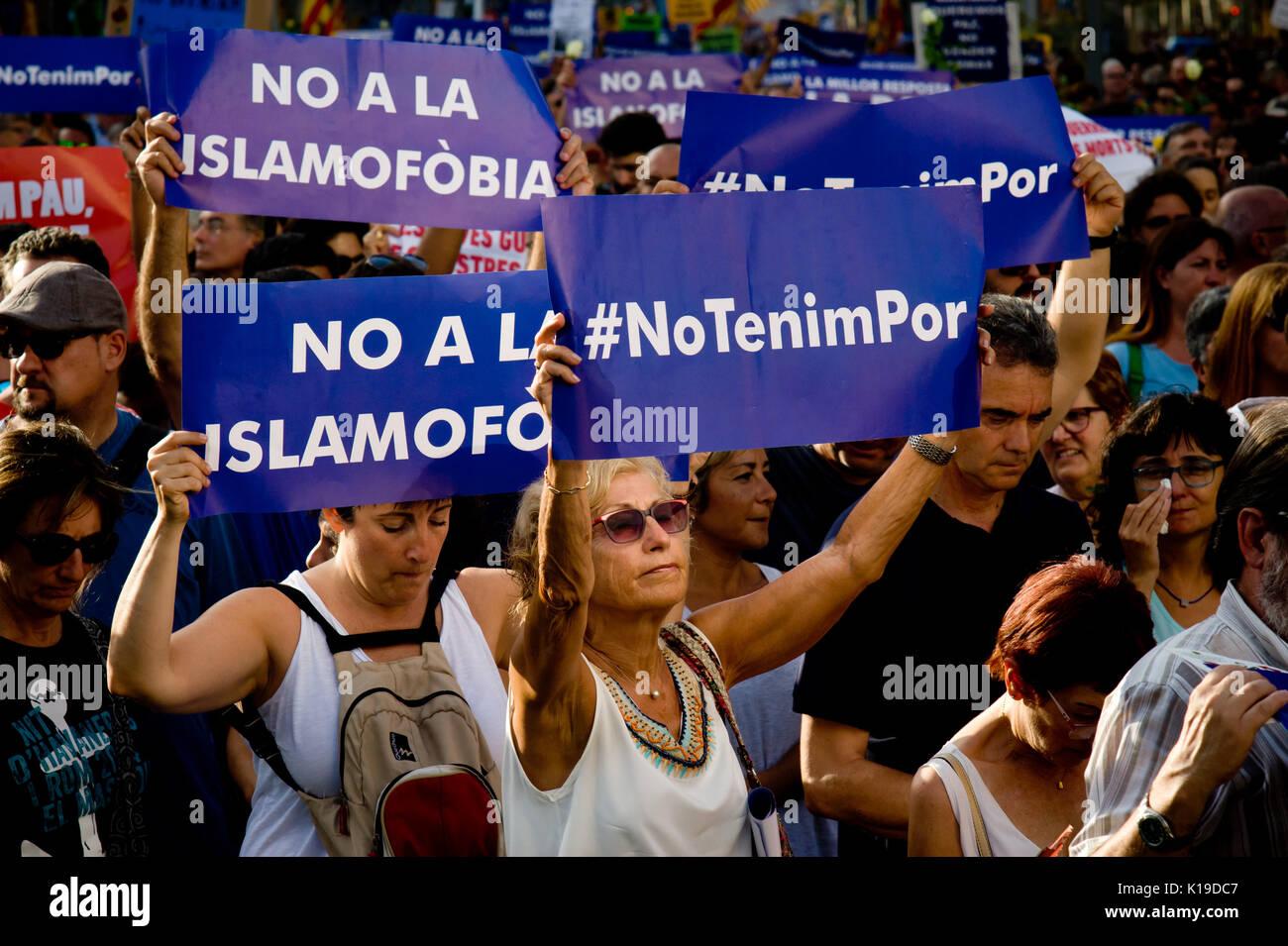 Agosto 26, 2017 - Barcellona, in Catalogna, Spagna - a Barcellona la gente prende parte ad un marzo contro gli attacchi Foto Stock