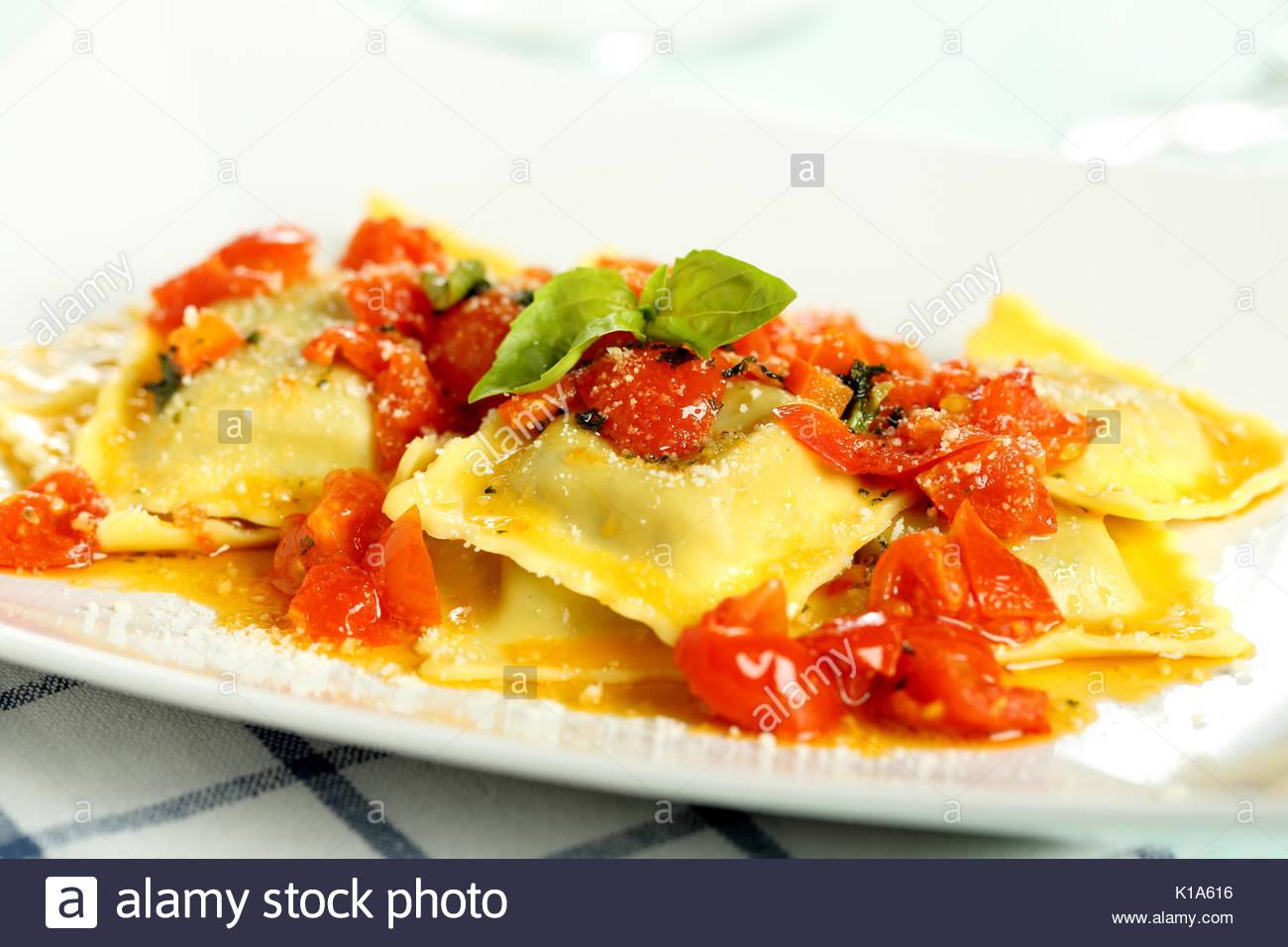 La pasta italiana sullo sfondo Immagini Stock