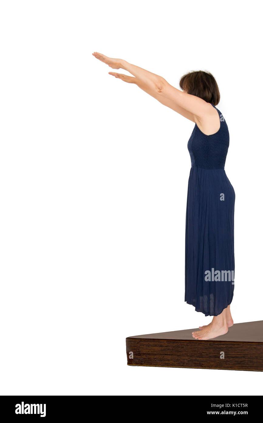 Donna prendendo il tuffo, sfondo bianco. La decisione di agire, momento decisivo. Immagini Stock