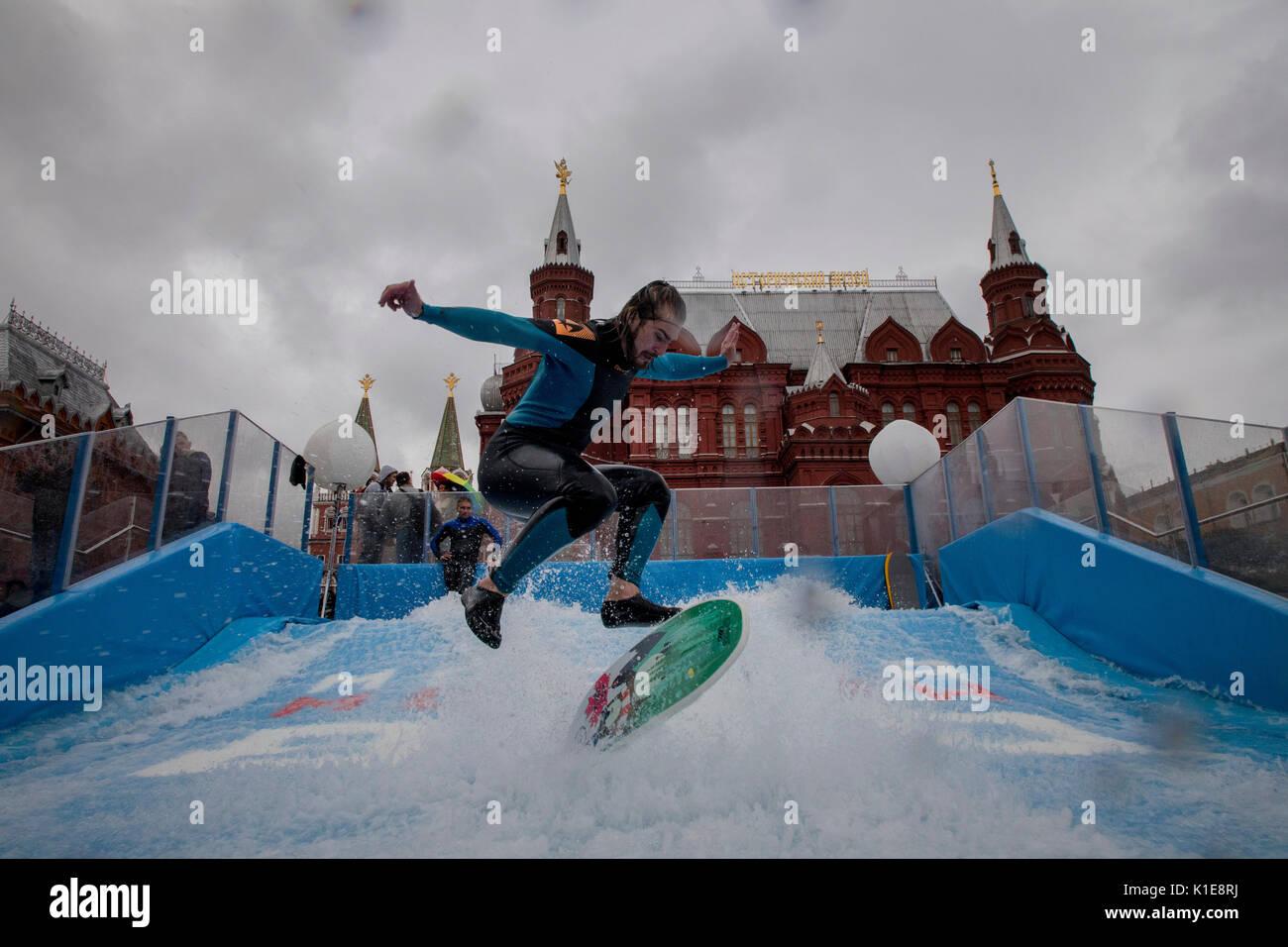 Mosca, Russia. 25 Agosto, 2017. Un uomo salta sul flowboard in corrispondenza della parte anteriore del quadrato Foto Stock