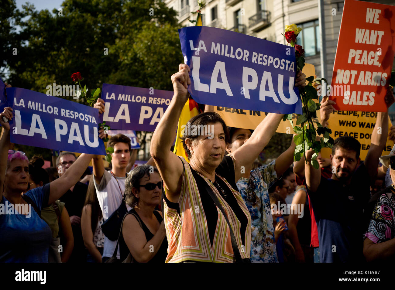 Barcellona, Spagna. 26 Ago, 2017. A Barcellona la gente prende parte ad un marzo contro gli attacchi terroristici. Foto Stock