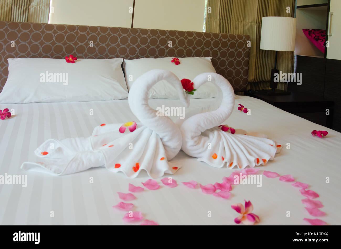 Camera da letto interni Swan asciugamano e fiori di orchidea sul ...