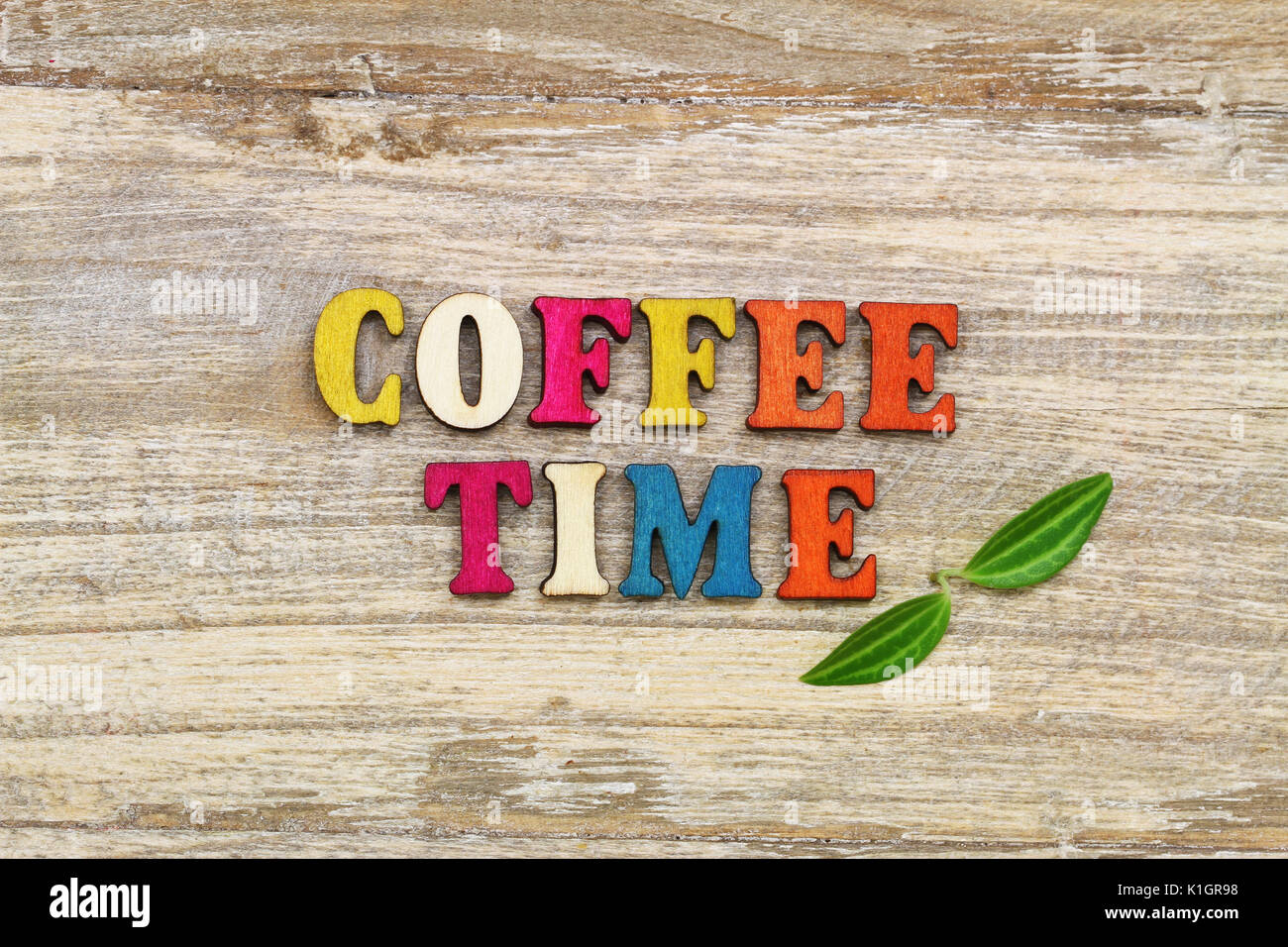 Lettere Di Legno Colorate : Tempo di caffè con scritte colorate lettere in legno e due foglie