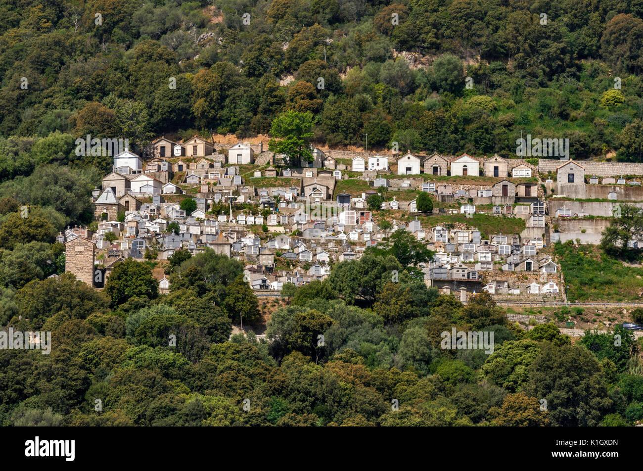 Cimitero di città sulla collina di Olmeto sul pendio della punta di montagna Buturettu, Corse-du-Sud, Corsica, Francia Immagini Stock