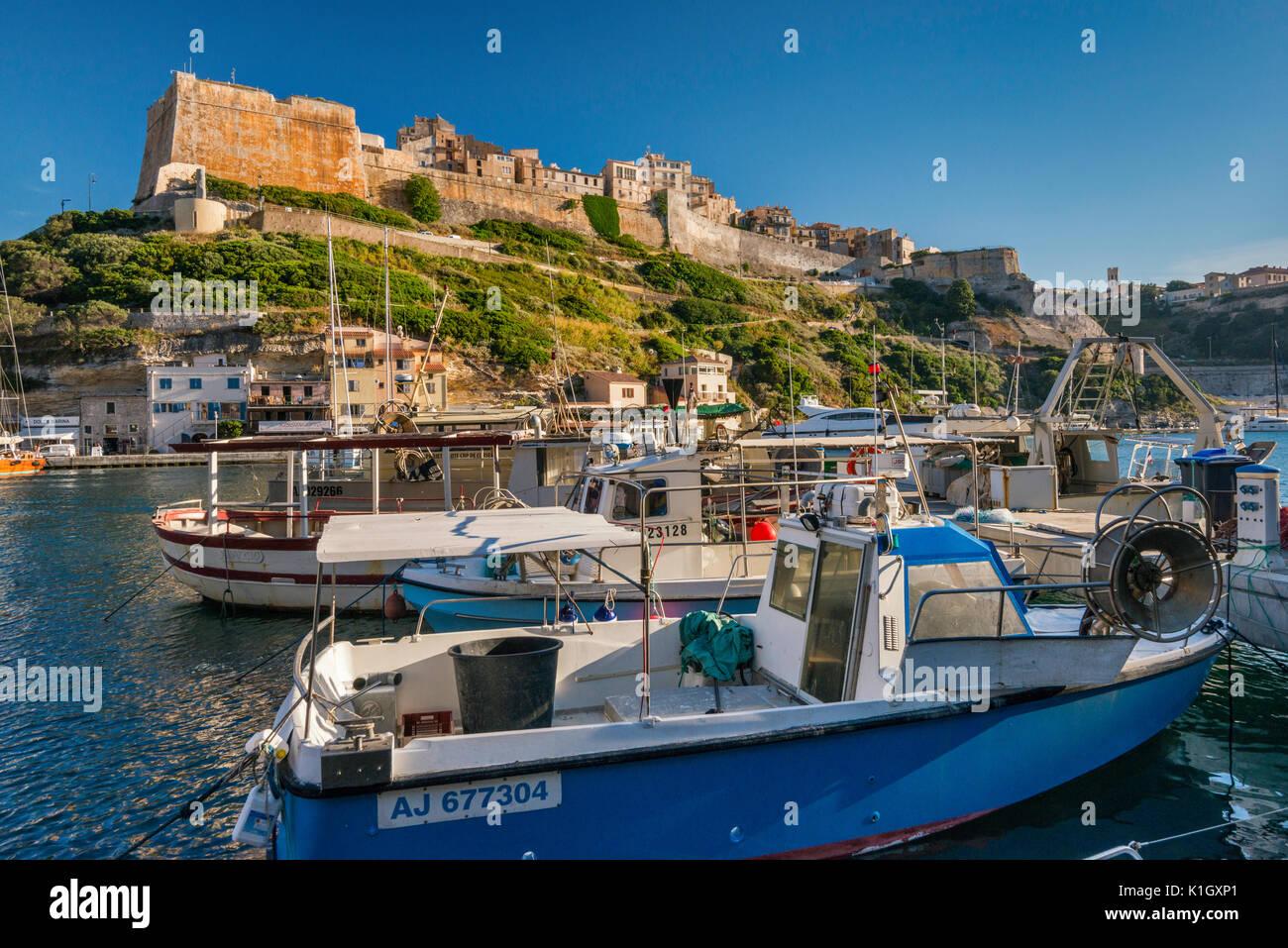 Citadelle, barche a marina di Porto, al tramonto a Bonifacio, Corse-du-Sud, Corsica, Francia Immagini Stock
