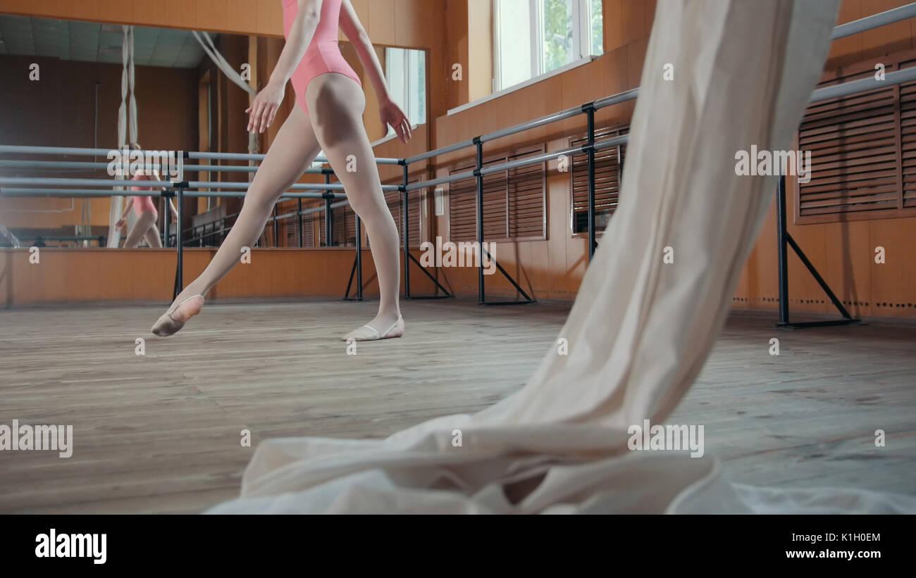 Graziosa ragazza ballerina praticando in studio, elementi di danza Immagini Stock