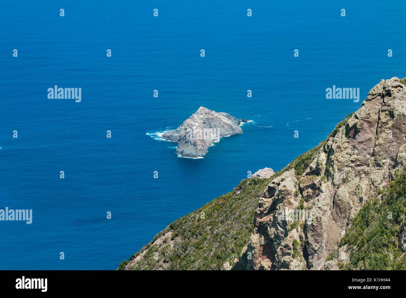 Vista dalle montagne di Anaga giù al Roque del dentro a Tenerife, Spagna. Immagini Stock