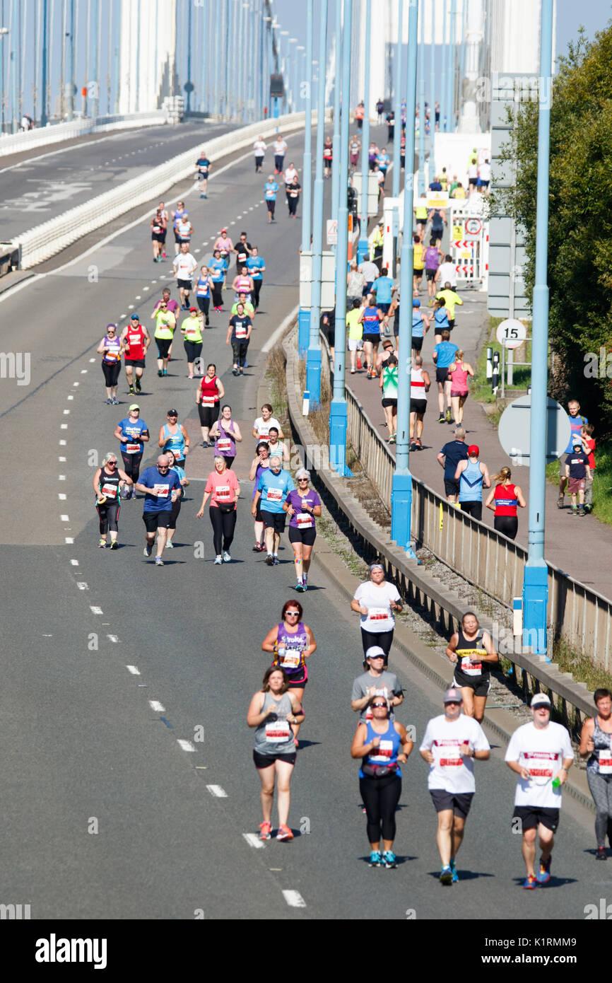 Severn Bridge mezza maratona, Sud Glouceshire, UK. Il 27 agosto, 2017. Regno Unito meteo: circa 2500 corridori prendere parte all'annuale Severn Bridge Mezza Maratona sulla M48, che inizia e termina sul lato gallese. Il caso è iniziato alle 9 del mattino con un separato 10k correre a 9:45 am, con molti in esecuzione per la carità. Credito: Andrew Bartlett/Alamy Live News Immagini Stock