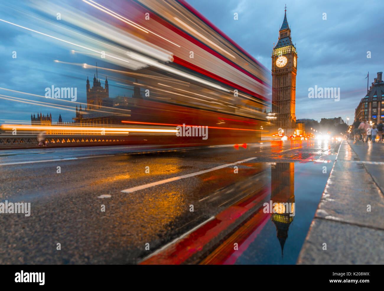 Tracce di luce, doppio ponte di bus, Westminster Bridge, Palazzo di Westminster, la Casa del Parlamento con la riflessione, Foto Stock