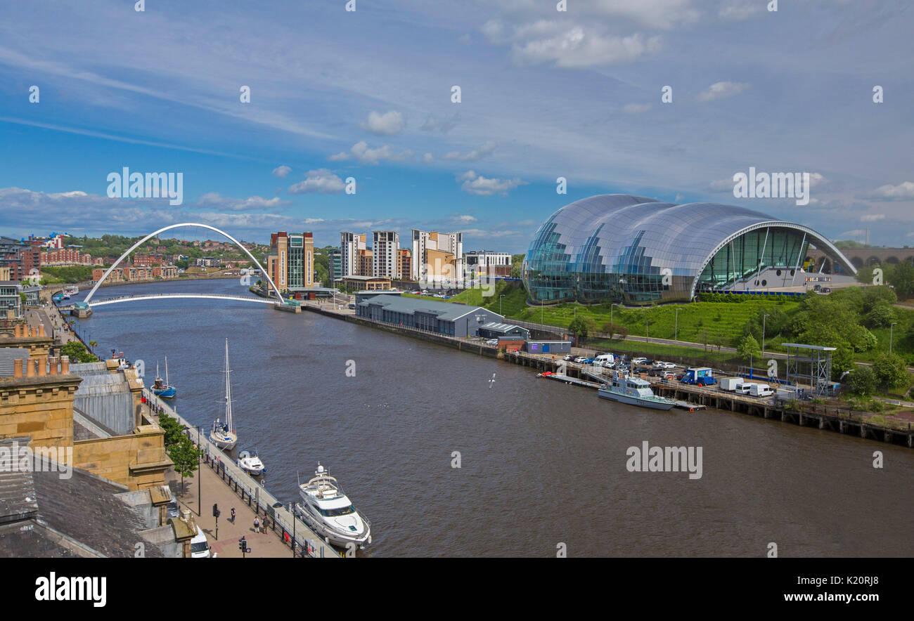 Imponente Sage Gateshead, un edificio moderno in vetro e millenium ponte che attraversa il fiume Tyne e sotto il Foto Stock