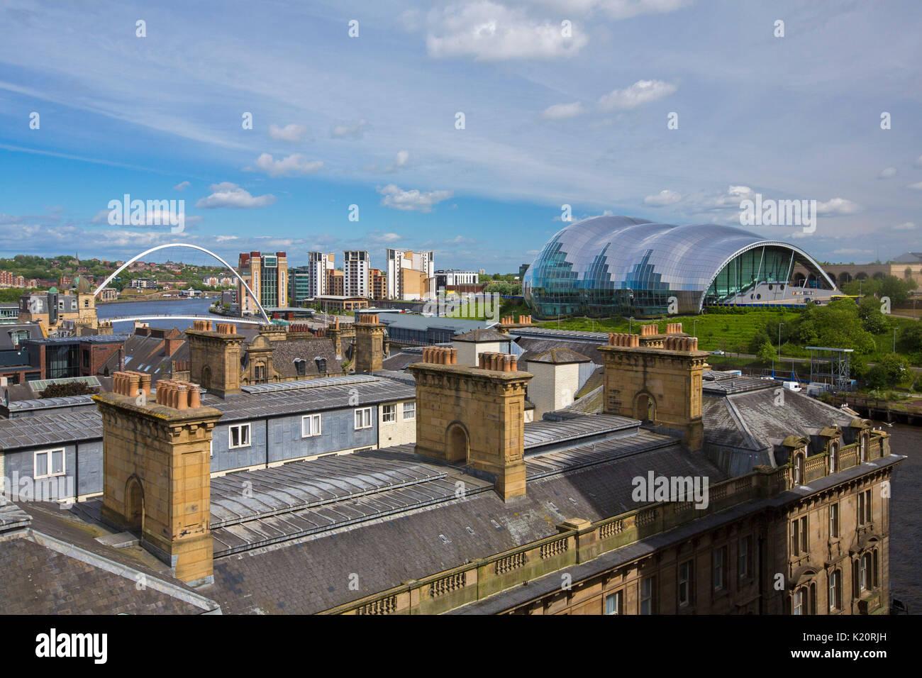 Panorama sui tetti della città di Sage Gateshead, un moderno edificio di vetro, & millennium ponte che attraversa Foto Stock