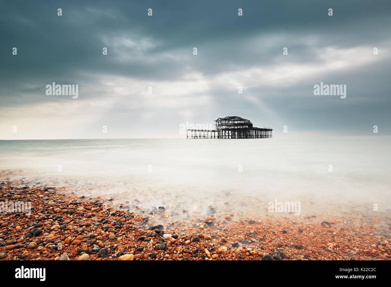 Abbandonate (dopo il fuoco) Molo Ovest di Brighton in giornata uggiosa, Regno Unito Immagini Stock